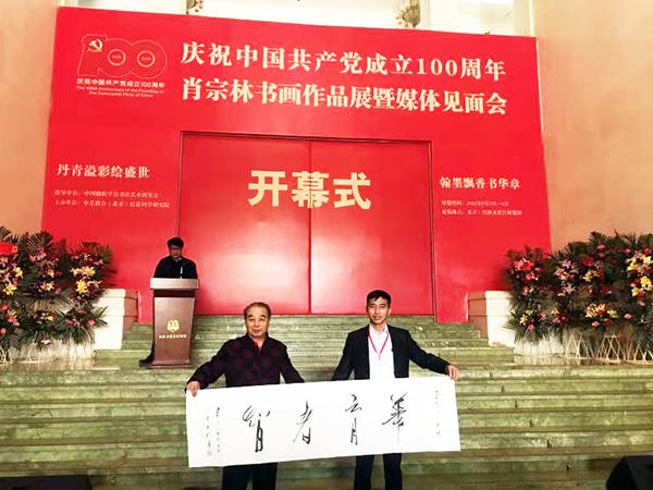 陈瑞琪先生向学校、企业、媒体代表赠送作品.jpg