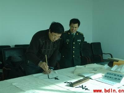 杨炳余先生在军营文化活动时创作