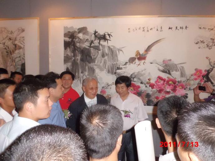 军委主席迟浩田等多位国家领导参加了娄可成的画展,并在作品前给予了高度评价了此次的展览