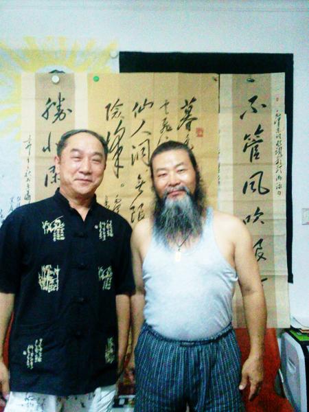 成都友人陈绍华先生收藏王耀国书法作品并合影留念。