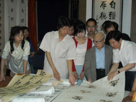 欧阳中石先生把毕生的精力奉献给了教书育人事业,言传身教桃李满天下;