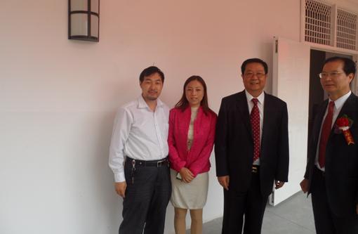 与国家教育部副部长刘利民(右二)、华中科技大学副书记欧阳康(...