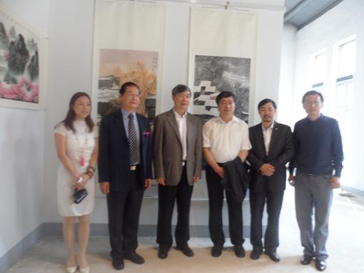 华中科技大学党委书记路钢(右三)、校长李培根(左三)、副书记...