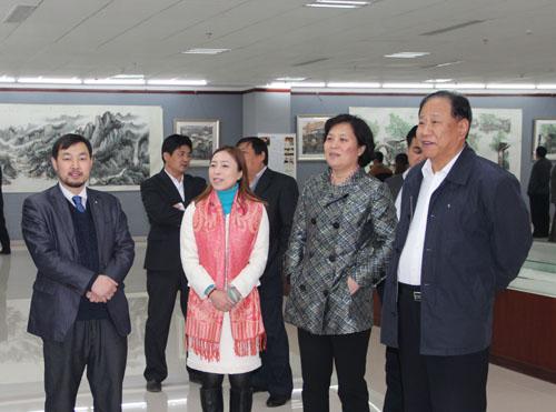 鞠发昌主席、郭宝花部长参观乔领宁雪君临朐画展