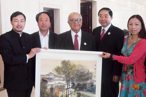 约旦国首相马贾力收藏作品,右二为国家林业局副局长张永利,左二...