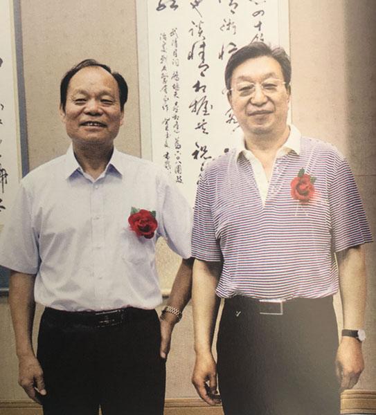 与《共和国日记》编委副秘书长武清月先生(右)合影