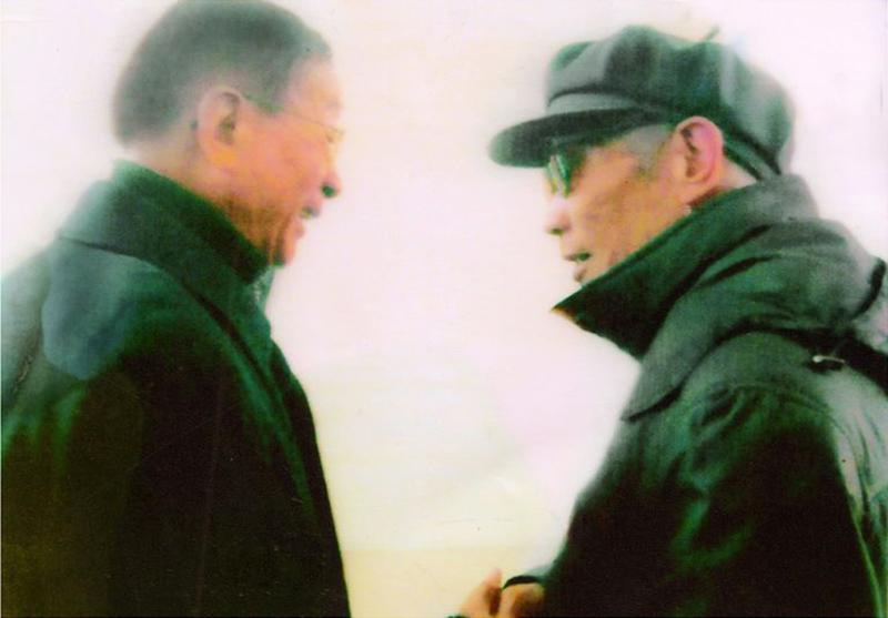 和十四大候补委员,江苏省原常务副书记顾浩亲切握手