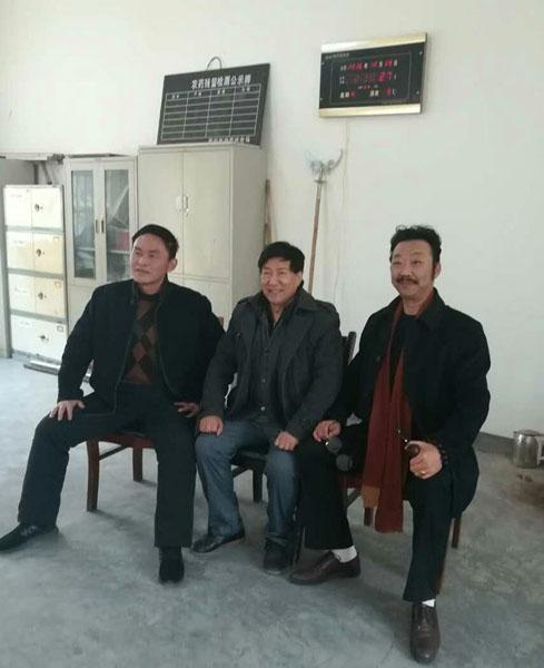 和陕西省现武术大师刘西京、范关平(老虎)在一起。