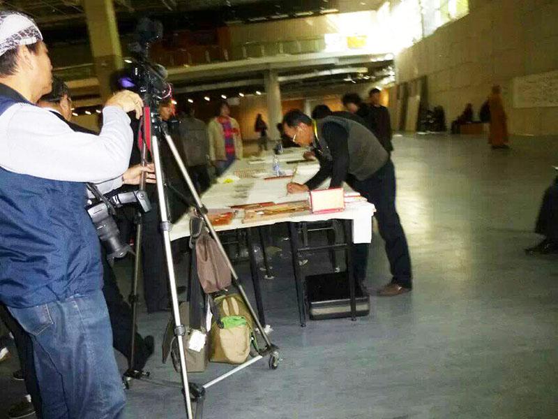 上海中福古玩城的画展--现场创作中的张云国老师3