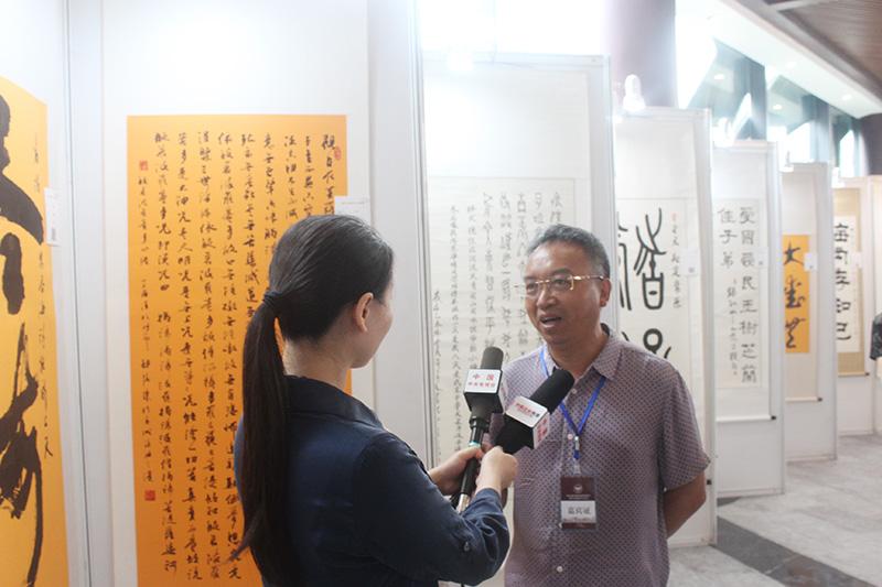 胡德康参展作品前接受电视台专访