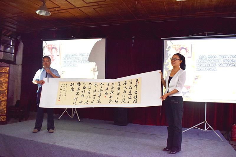自题诗《李庄古镇》捐赠宜宾市区委宣传部部长昂进接收