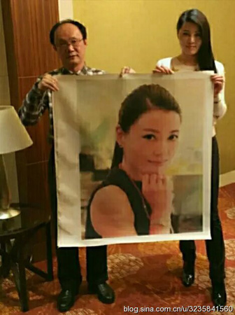 这张照片是作者中国当代资深书画家曹雕先生与《神韵的风情》和《上海靓妹风韵》