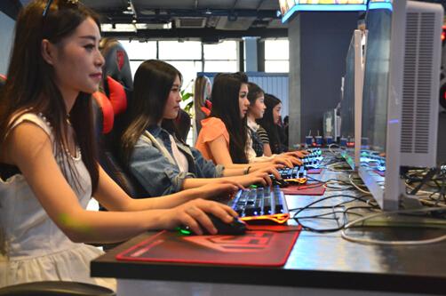 图注:梦竞旗下主播与参赛队伍互动比赛