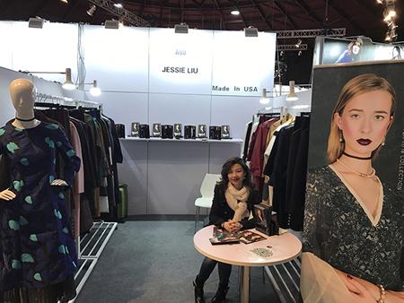 刘杰在中国国际时装周自己的展位上