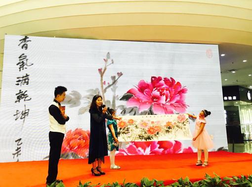 4胡敏女士讲解捐赠作品