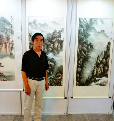 张文山老师在作品前留影