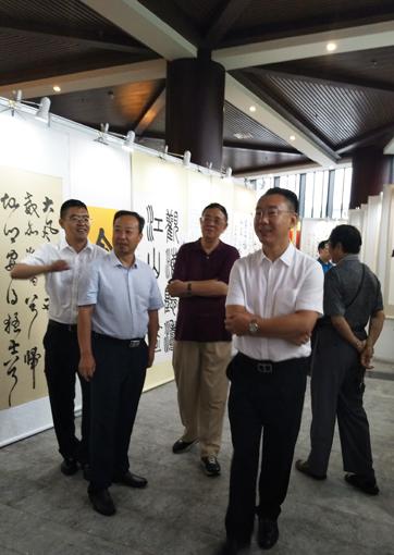 5中国民族建筑研究会副会长肖厚忠和国务院参事车书剑等领导参观作品