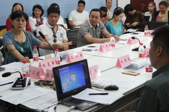 著名导演、编剧,国家一级演员王小燕在对剧本进行点评。