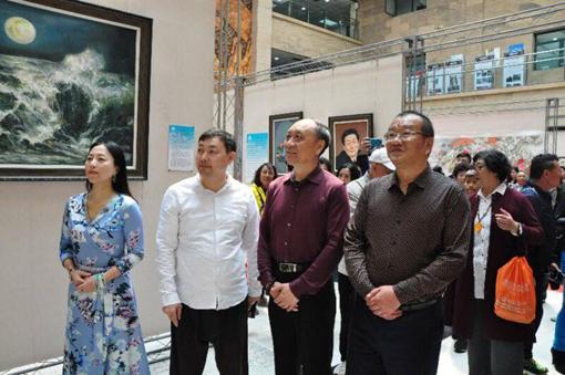 青岛市图书馆,乔领、宁雪君诗文书画作品展上,接受媒体记者专访