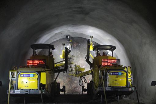 两台三臂凿岩台车洞内施工