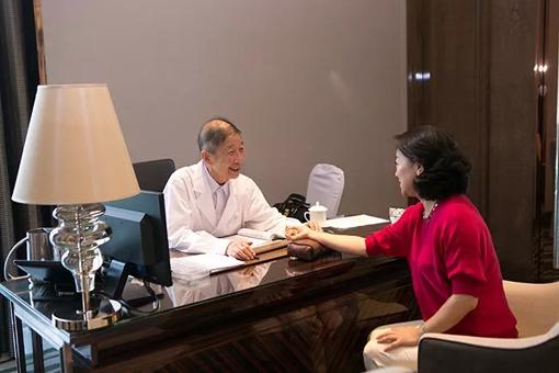 深圳海德健康管理咨询有限公司聘请中医专家为客户提供中医把脉和健康咨询服务。.webp