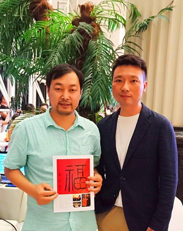 上图,王宁、刘纯燕婚庆三十年庆典上,乔领与中央电视台著名主持人康辉。