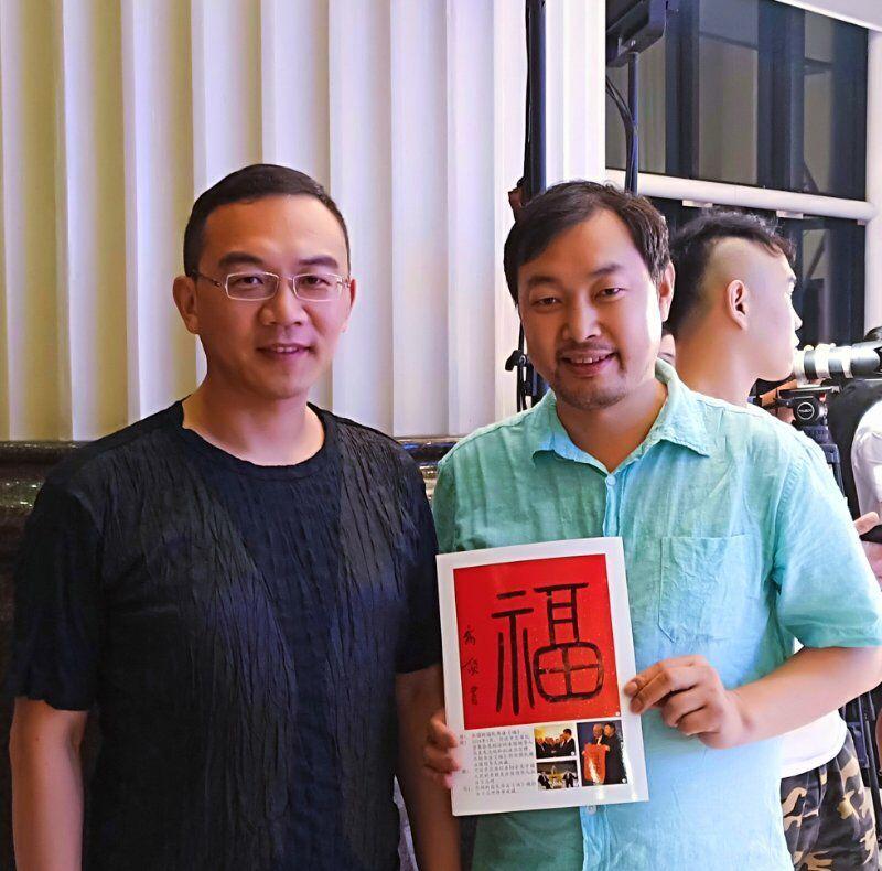 上图,王宁、刘纯燕婚庆三十年庆典上,乔领与中央电视台著名主持人郎永淳。