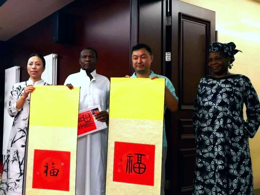 8月27日,尼日利亚驻华大使巴巴·艾哈迈德·吉达,及其夫人一起,在尼日利亚驻华大使馆,盛情接待并收藏乔领、宁雪君的国礼书法作品《福》。