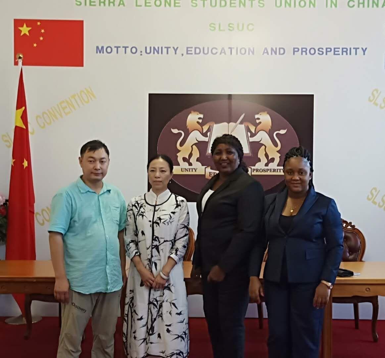 塞拉利昂共和国二等秘书爱莎(右二),在塞拉利昂共和国驻华大使馆盛情接待中国当代著名国礼书画家乔领、宁雪君。