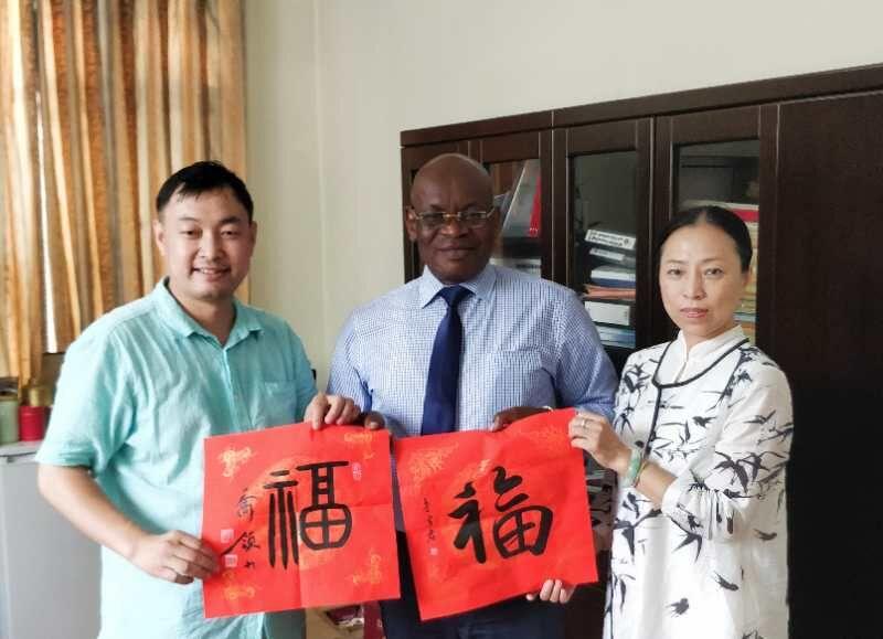 塞拉利昂共和国驻华大使馆公使衔参赞尤尼萨・卡马拉,收藏乔领、宁雪君的国礼书法作品中国《福》。