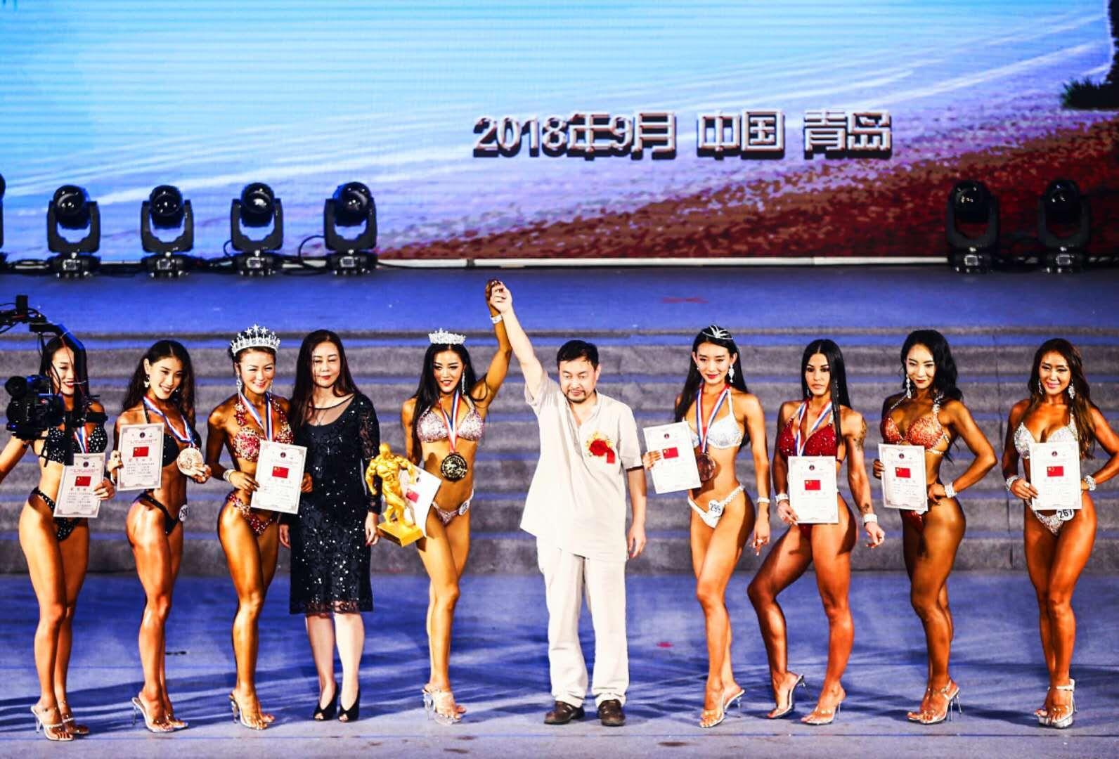 2018青岛国际健美大赛现场,乔领为获奖冠军授奖1
