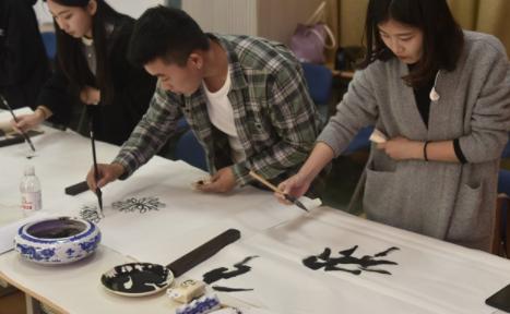青岛市老年大学举办重阳书画笔会 老中青三代书画者现场泼墨