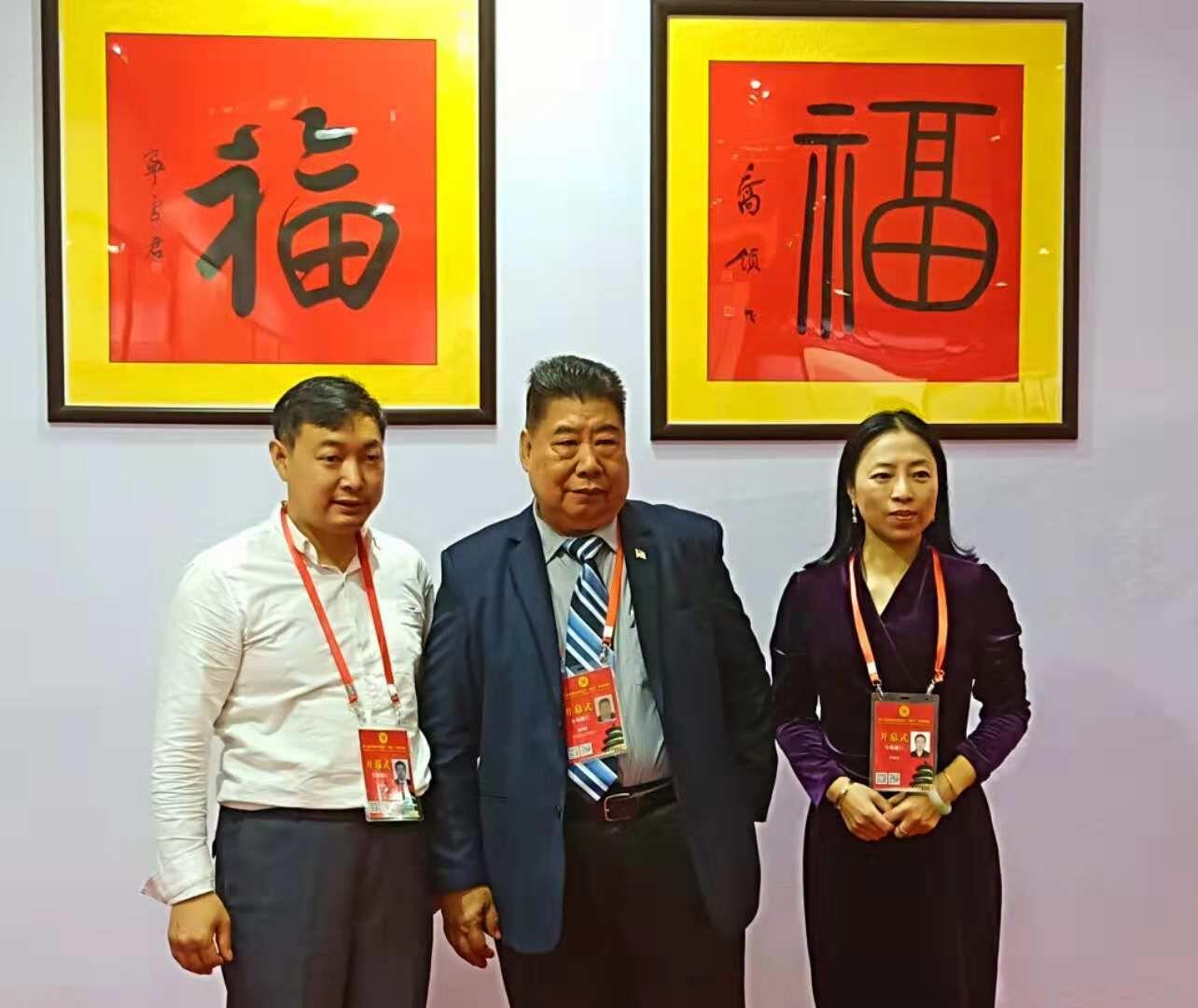 美国华人社团联合总会主席杨功德,远道而来,参观乔领、宁雪君国礼艺术作品展,并对两人的福字书法十分欣赏。