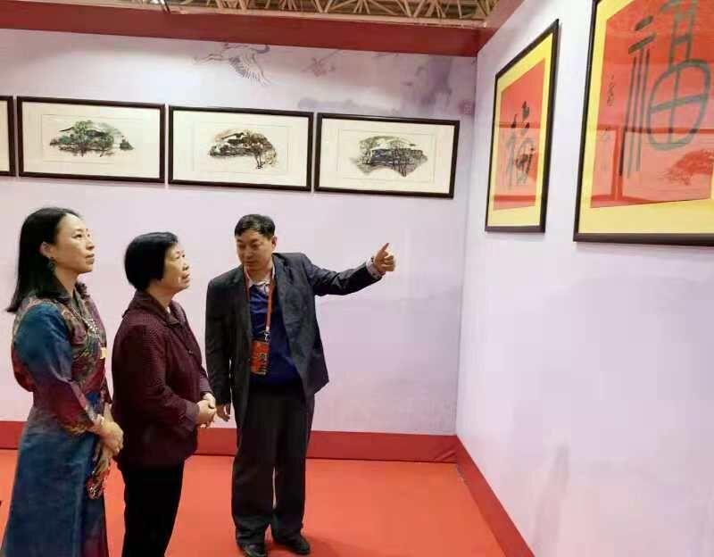 习云英老人参观乔领、宁雪君国礼艺术作品展,并对两人的国礼书法《福》赞叹不已。