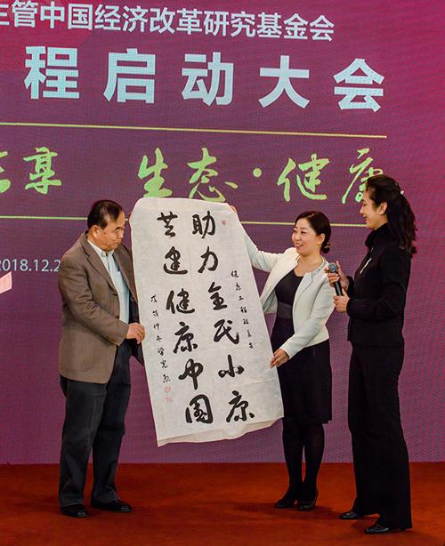 """国防部原部长梁光烈为健康工程题词;""""助力全民小康,共建健康中国""""。"""