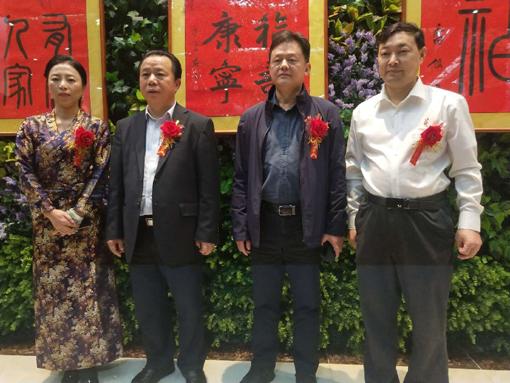 上图:乔领、宁雪君和领导嘉宾,在作品展中。.jpg
