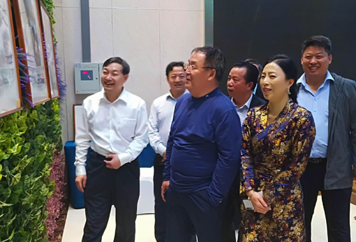 上图:乔领、宁雪君陪同栗政军同志等领导嘉宾参观作品。.jpg