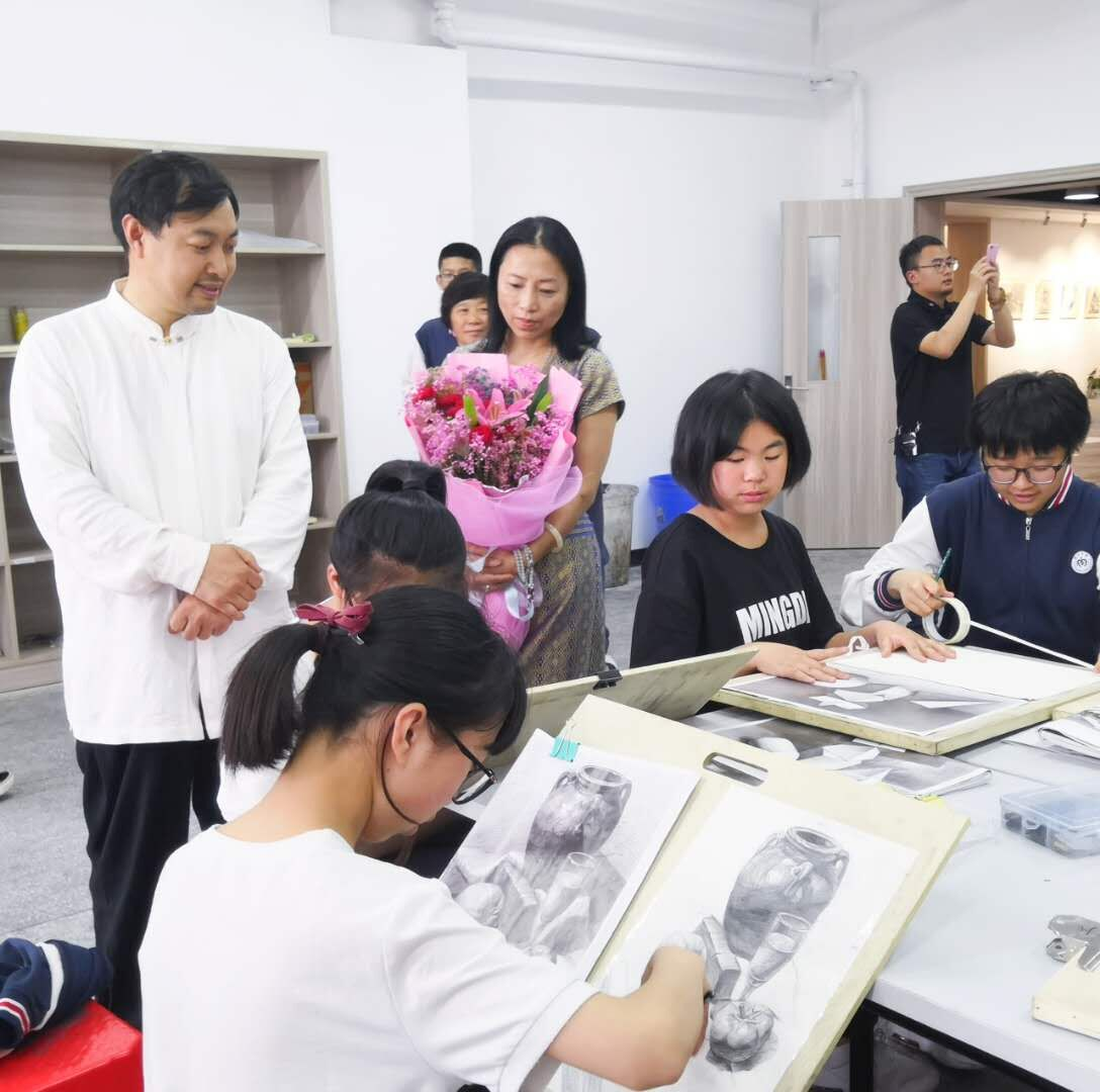 乔领、宁雪君参观指导明达中学美术生们的创作学习