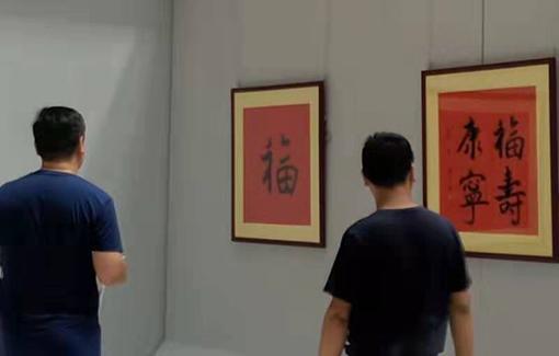 青岛市图书馆,观众朋友们参观乔领、宁雪君作品