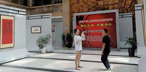 青岛市图书馆,观众在乔领、宁雪君作品前留影