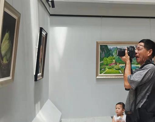 青岛市图书馆,喜欢乔领、宁雪君作品的观众朋友,拍照留念